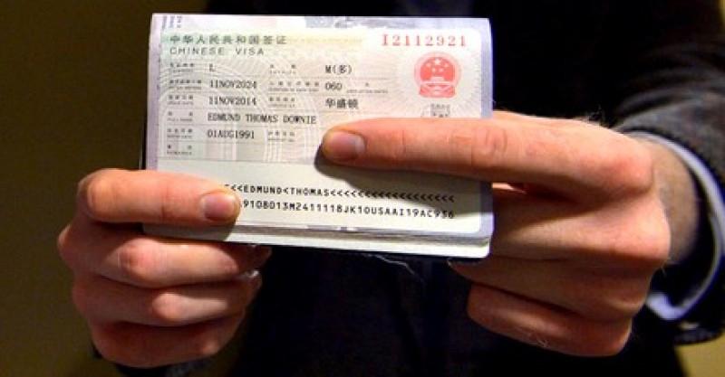 el investigador Edmund Downie de 23 años de edad se convirtió en el primer estadounidense en recibir la visa por 10 años para ingresos múltiples. Foto: Agencia Xinhua