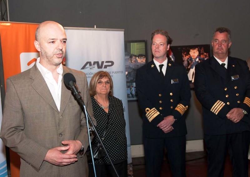 El capitán Wouter van Hoogdalem (centro) acompañó a las autoridades en el lanzamiento de la temporada de cruceros en Montevideo.