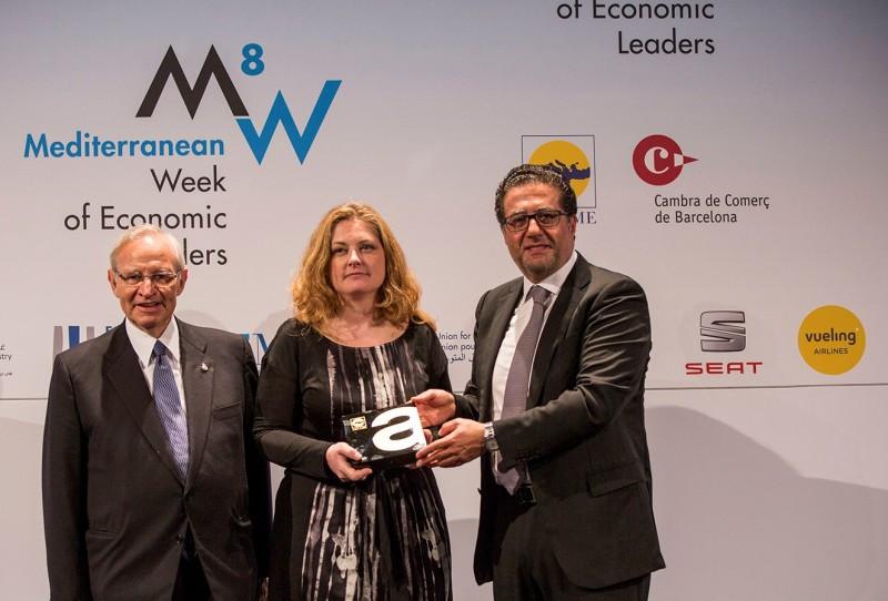 Miquel Valls (Izq.), presidente de la Cámara de Comercio de Barcelona, junto con Mohamed Choucair, presidente de ASCAME, entregan el galardón a Silvia Estivill, directora de Relaciones Institucionales de Vueling.