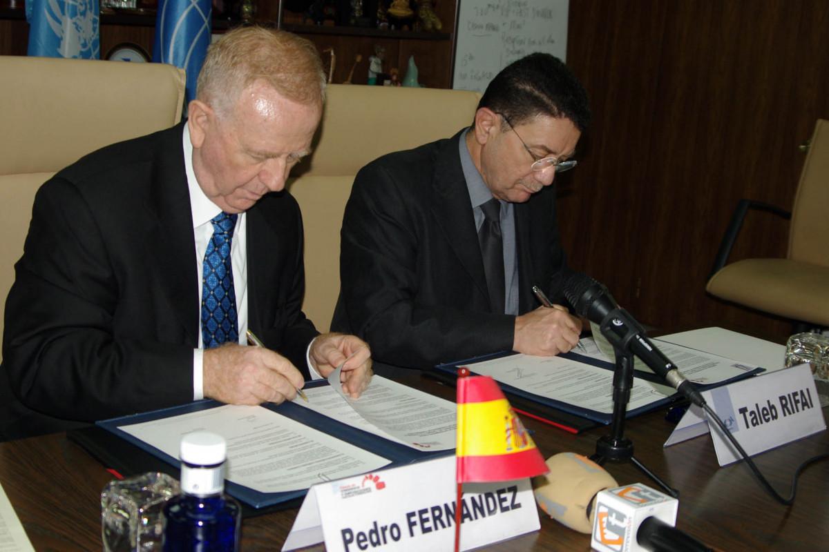 Pedro Fernández Montes, alcalde de Torremolinos, y Taleb Rifai, presidente de la OMT, firman el acuerdo.