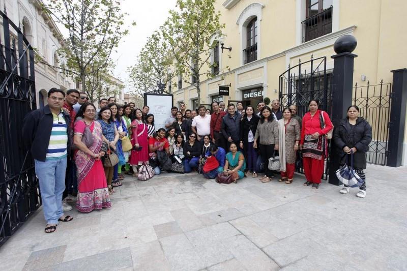 Imagen de un grupo de 300 visitantes procedentes de la India a La Roca Village.
