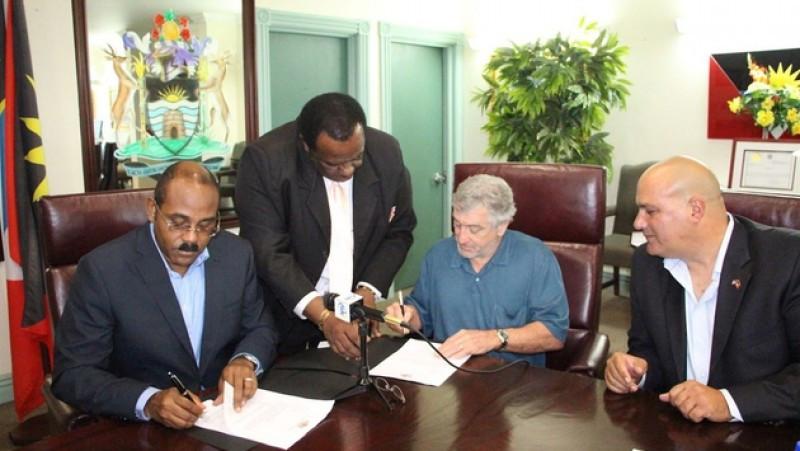 Robert de Niro en la firma del acuerdo con Gaston Browne (a la izquierda), primer ministro de Antigua y Barbuda.