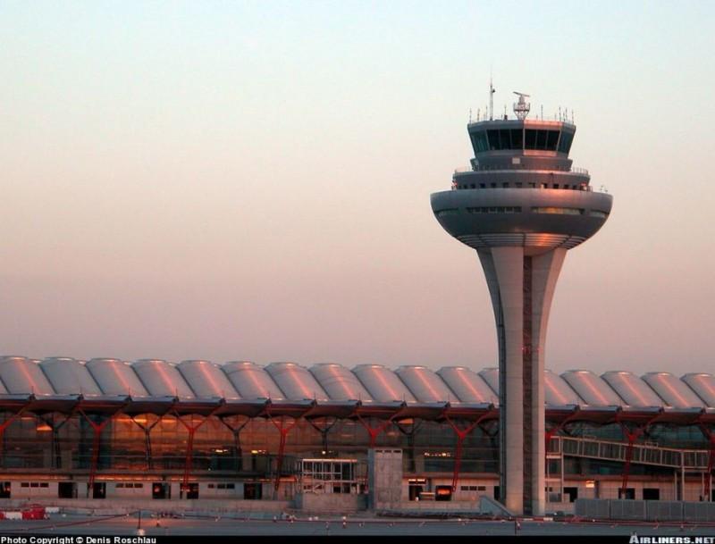 Los controladores aéreos y Enaire prorrogan el convenio colectivo hasta 2016