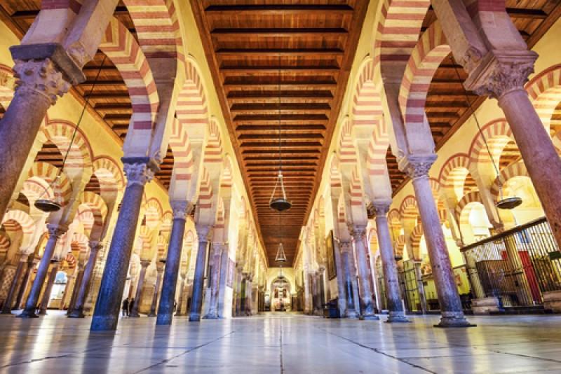 El edificio se empezó a construir como mezquita en el año 785 y en 1239 se llevó a cabo su consagración como catedral. #shu#