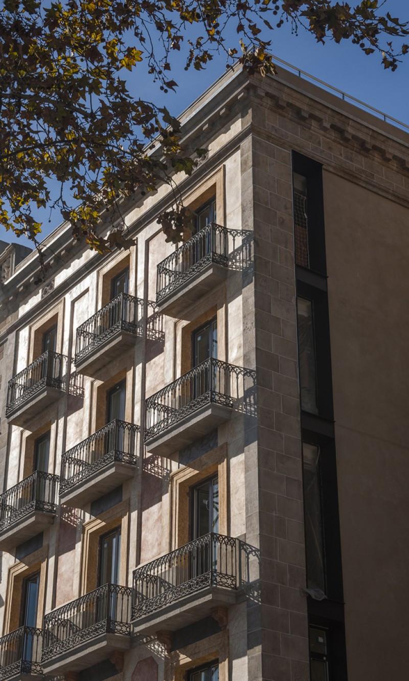 El hotel ocupa un edificio de 1846 en el Paseo Colón.