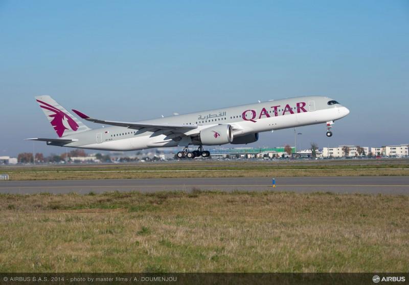 Airbus entrega a Qatar Airways el primer A350 XWB, tras siete años de hacer el pedido.