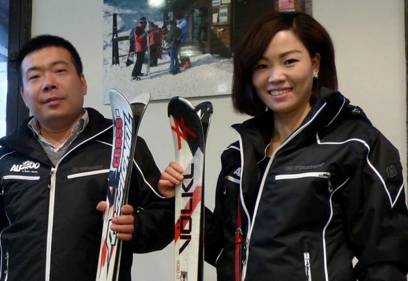 Dos turistas asiáticos que viajaron a Barcelona, y desde allí realizaron una escapada de un día para esquiar en los Pirineos.