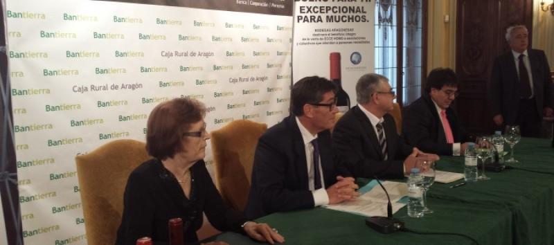 Cecilia Giménez, Arturo Aliaga, Eduardo Quintana (presidente de Bodegas Aragonesas) y Francisco Miguel Arilla, alcalde de Borja, en la presentación del convenio.