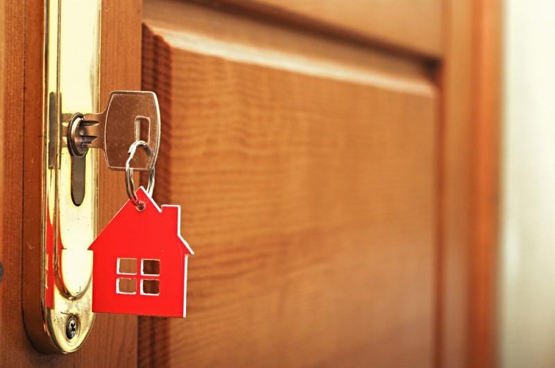 La autorización previa de la comunidad de propietarios, rellenar las fichas policiales, lista de precios y placa en lugar visible son algunos de los requisitos exigidos. #shu#