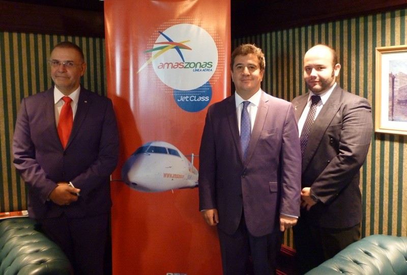 Carlos Pera, representante de Amaszonas en Montevideo, Luis Vera y Diego de Urioste, gerente comercial de la compañía aérea.
