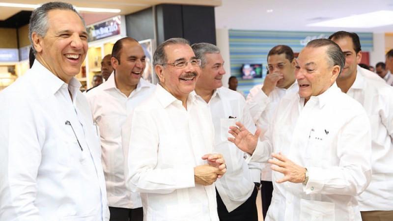 El presidente dominicano Danilo Medina junto al titular del  Grupo Punta Cana, Frank Rainieri.