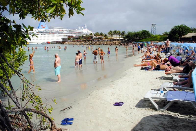 Playa y puerto El Guamache en Isla Margarita. #shu#
