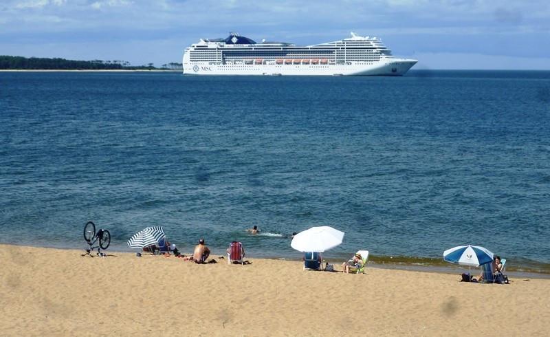 El MSC Magnifica este domingo en la bahía de Maldonado.