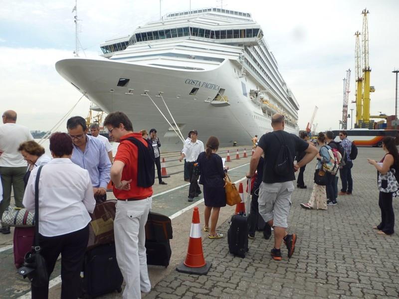 Pasajeros listos para embarcar en el Costa Pacifica en el puerto de Montevideo.