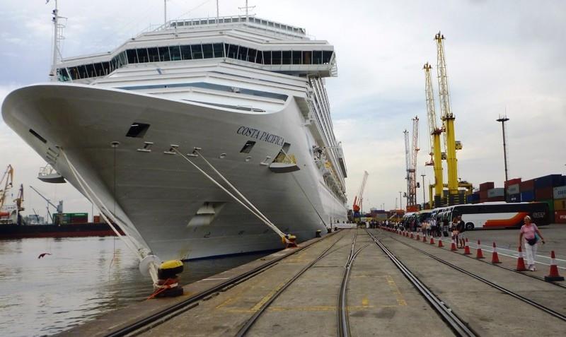 El Costa Pacifica en el puerto de Montevideo.