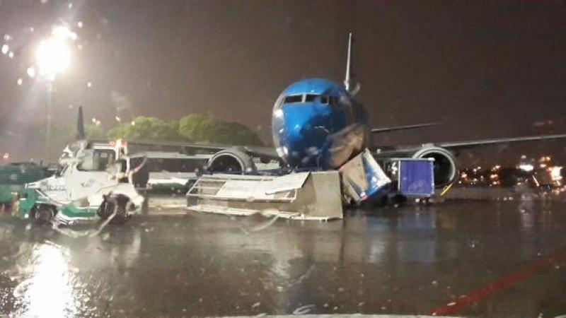 Avión de Aerolíneas Argentinas afectado por los vientos en Buenos Aires. (Fuente: Twitter)