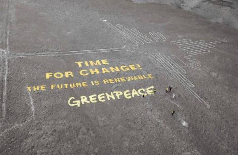El mensaje de los ambientalistas junto al colibrí de Nazca: una intervención polémica.