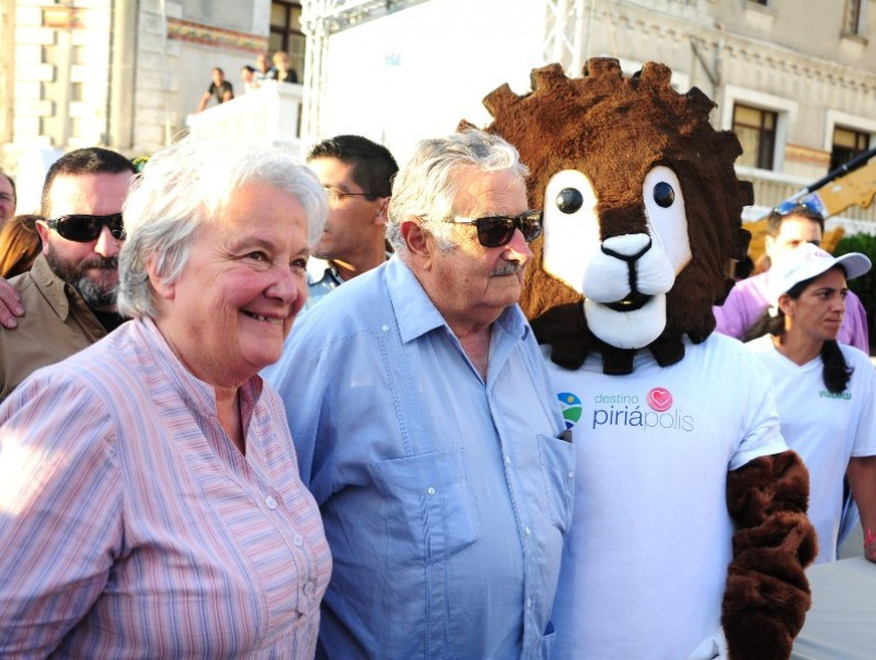 Mujica junto a su esposa, la senadora Lucía Topolansky, y la mascota de Piriápolis, Helios.