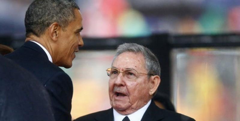 Raúl Castro estrechó la mano de Barack Obama en los funerales de Mandela, en un gesto inesperado: ahora anunciaron negociaciones para reestablecer relaciones.