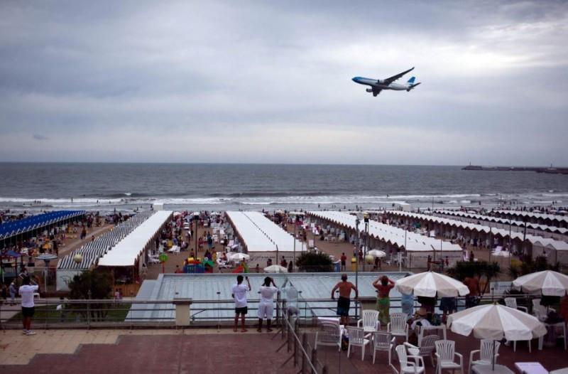 Avión de Aerolíneas Argentinas sobrevolando las playas de Mar del Plata.