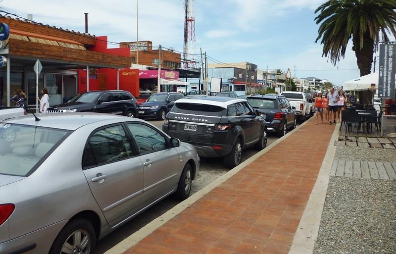 La ruta 10, en La Barra, concentra comercios de diversos rubros, restaurantes y locales nocturnos.