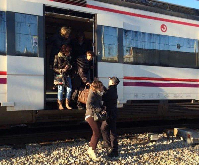 La policía desalojando un tren que procedía de Vallecas y se dirigía a Atocha.