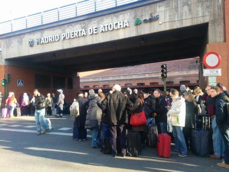 Pasajeros en el exterior de la estación de Atocha, tras producirse el desalojo.