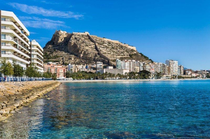 España prevee cerrar el año con 63 millones de visitantes. #shu#