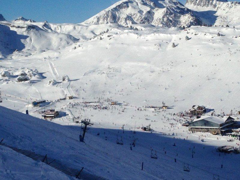 Vista general de la estación de esquí de Candanchú, durante las pasadas fiestas de Navidad.