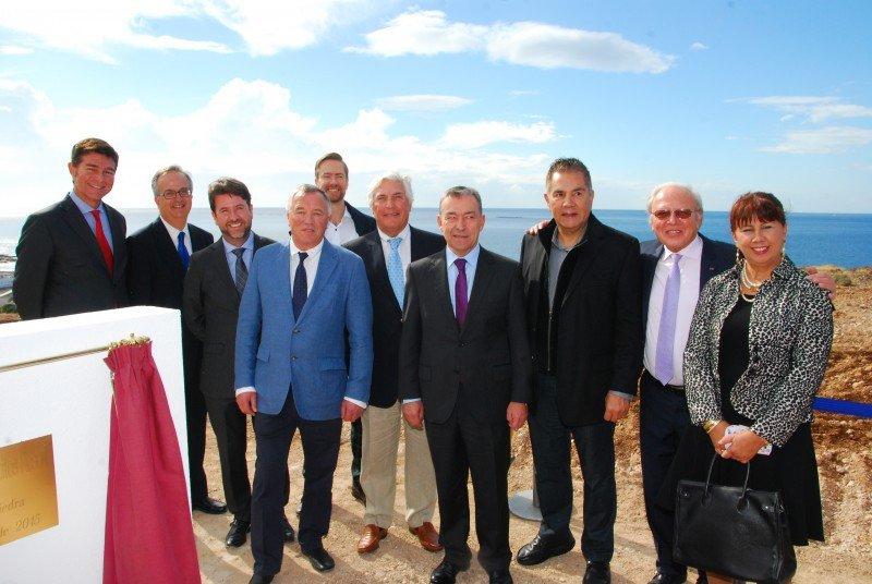 Al acto han asistido primeras autoridades municipales, insulares y autonómicas, encabezadas por el Presidente del Gobierno de Canarias, Paulino Rivero, así como con los altos representantes de la compañía propietaria del hotel, concretamente el presidente Willy Deceuninck, y de la operadora, Barceló Hotels