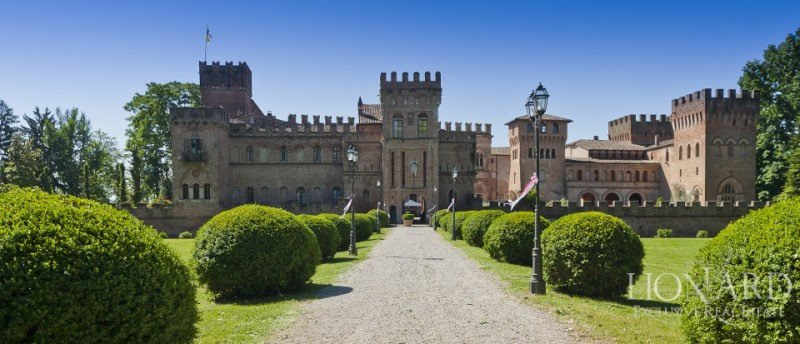 Por entre 10 y 20 millones de euros está en venta este imponente castillo de 8.800 metros cuadrados en las cercanías de Milán.
