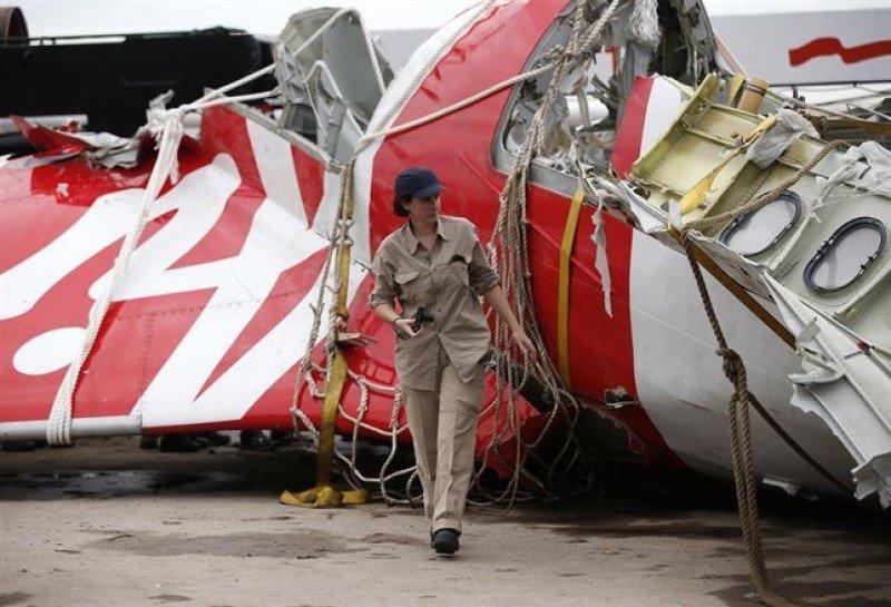 Encuentran las dos cajas negras del avión de Air Asia estrellado en el mar de Java
