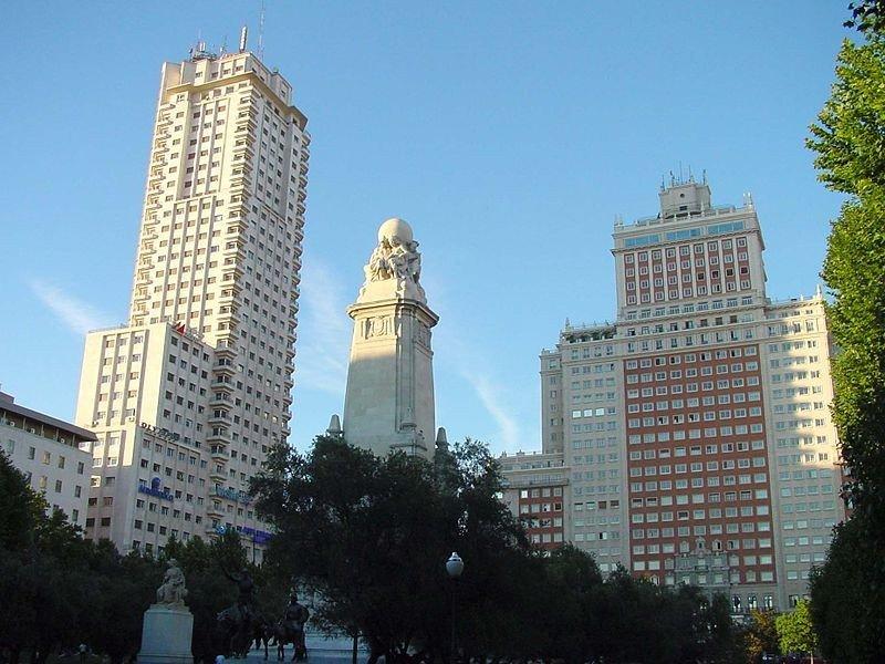 La Torre de Madrid, el edificio de la izquierda en la imagen, albergará en sus nueve primeras plantas el hotel de Barceló.