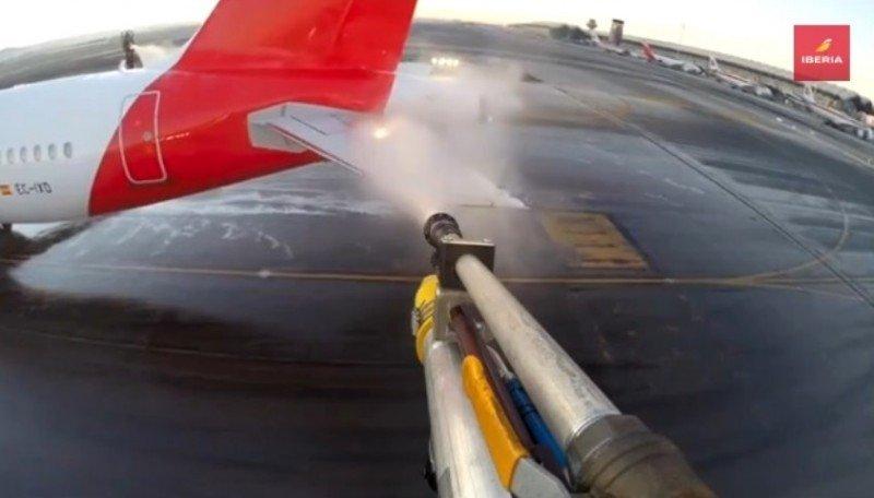 Videonoticia: La nieve en Madrid obliga a pasar por deshielo a 70 aviones