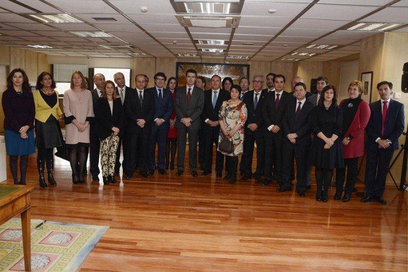 Foto de familia del ministro Soria, la secretaria de Estado y la presidenta de Paradores, con los alcaldes y concejales de las 15 Ciudades Patrimonio de la Humanidad.