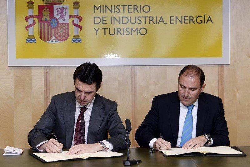 El ministro de Industria, Energía y Turismo en la firma del acuerdo con Ciudades Patrimonio, con el alcalde de Alcalá de Henares, Javier Bello.