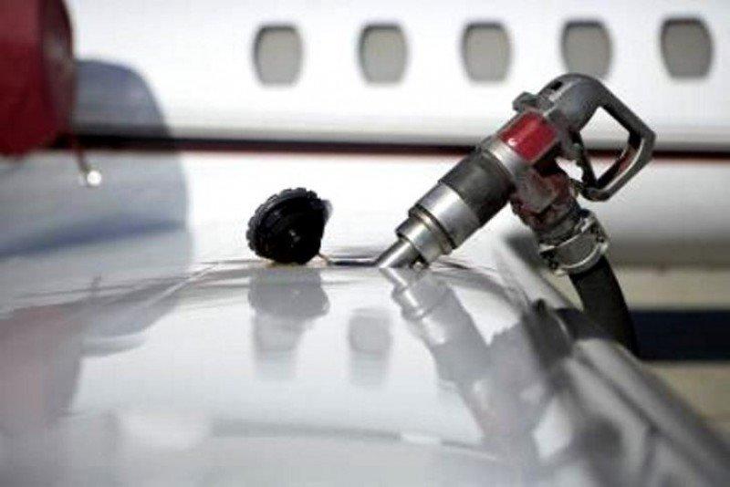 El recargo por combustible enfrenta a aerolíneas y navieras con Fomento este jueves