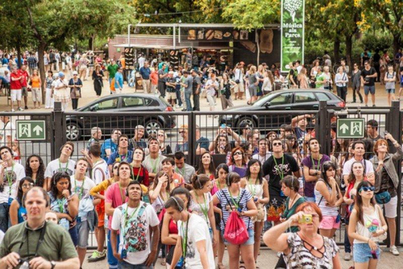 Turistas frente al templo de Sagrada Familia de Barcelona. #shu#