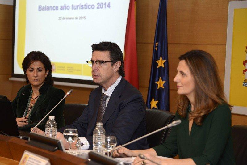 El ministro de Industria, Energía y Turismo, José Manuel Soria, con la secretaria de Estado de Turismo, Isabel Borrego (a la izq) y la directora general de Turespaña, Marta Blanco ( a la dch).