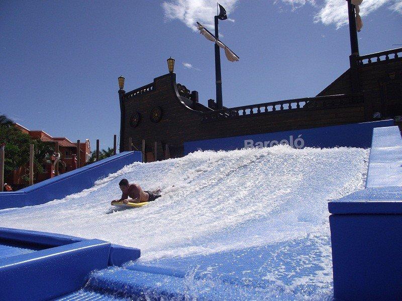 Un parque acuático con una piscina para practicar surf, tres restaurantes y otras instalaciones para la diversión de los clientes son las principales novedades del complejo.