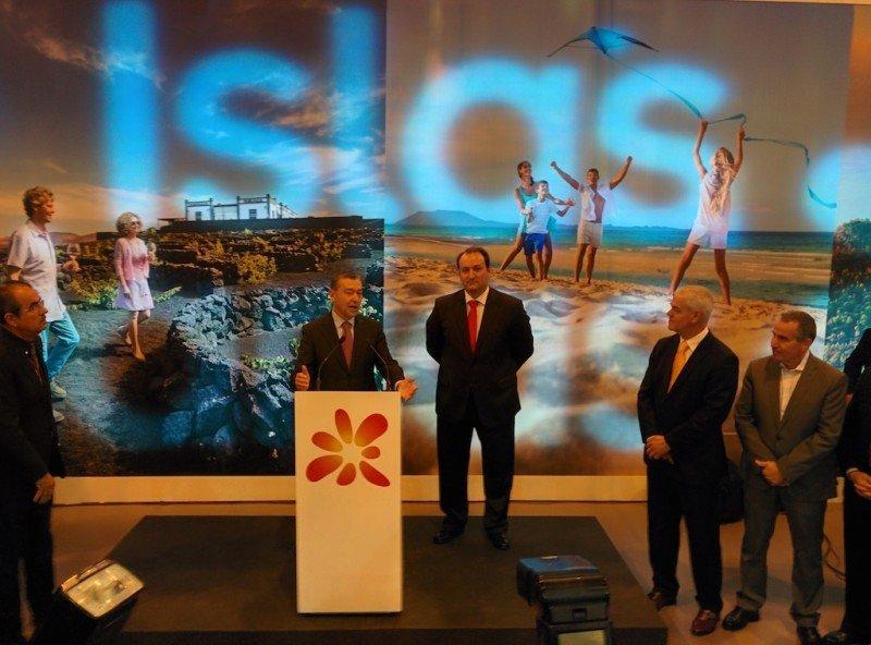 El presidente de Canarias, Paulino Rivero, y el viceconsejero de Turismo, Ricardo Fernández, ayer en la apertura de Fitur.