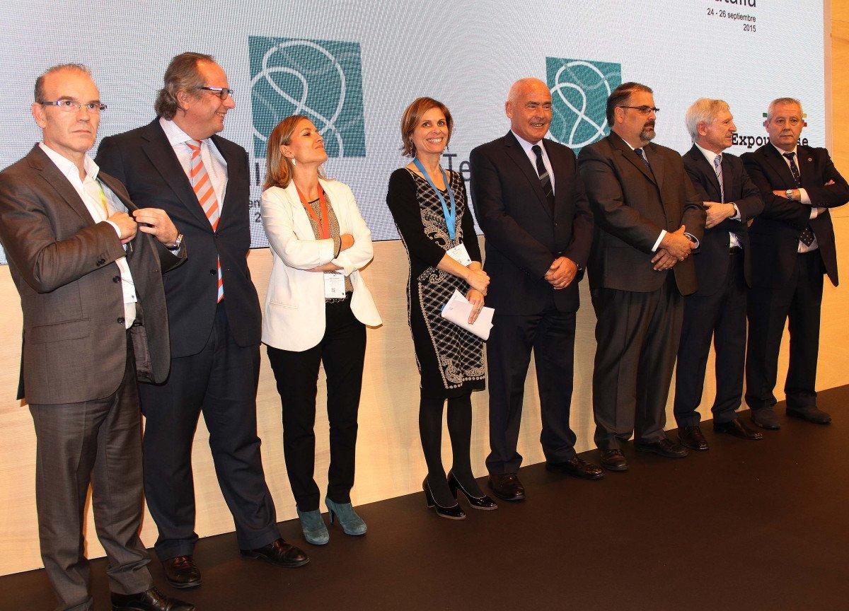 La directora de Turismo, Nava Castro, y  el presidente del ICTE, Miguel Mirones, con un grupo de empresarios en el stand de Galicia.