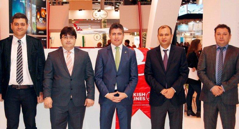 Los directores de Turkish Airlines en España (de izquierda a derecha): Orhan Güven (Barcelona), Yahya Z. Sensoy (Madrid), Serkan Özbüyükyörük (Bilbao y director en funciones de Santiago de Compostela), Halid Koca (Málaga) y Serkan Kuzlu (Valencia).