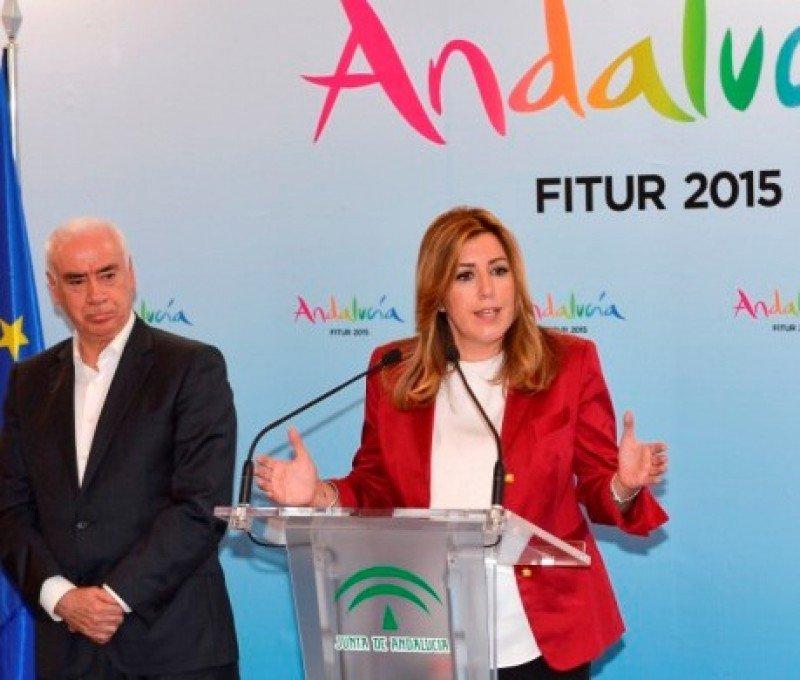 La presidenta de la Junta, Susana Díaz, acompañada por el consejero de Turismo y Comercio, Luciano Alonso, en Fitur.