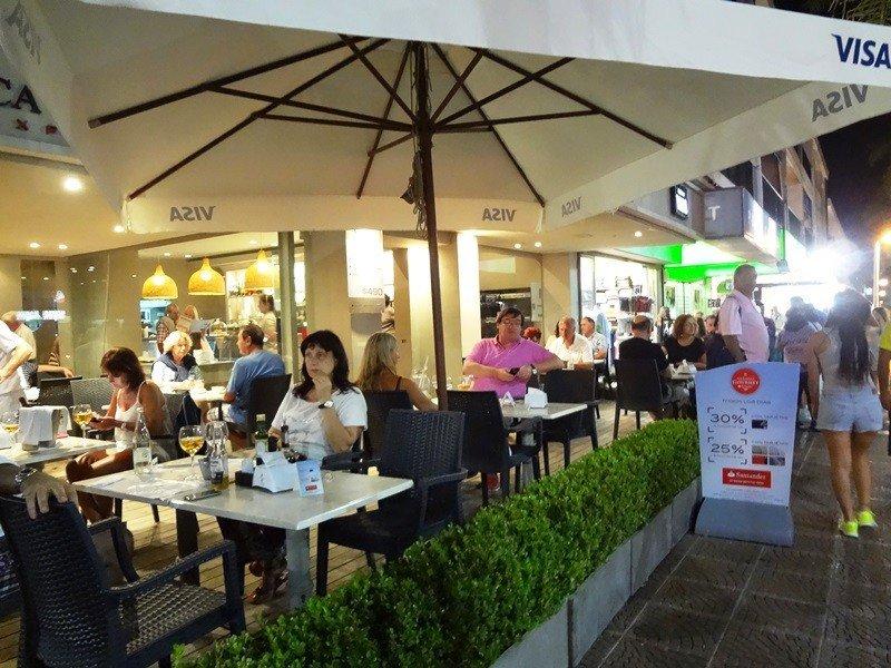 Restaurante en Gorlero, la principal avenida de la península.