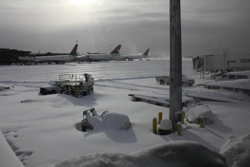 Aeropuerto JFK de Nueva York cubierto de nieve. (Archivo)