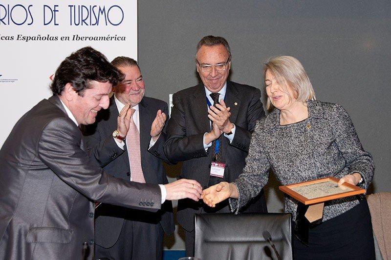 Carmen Riu recibe la distinción.