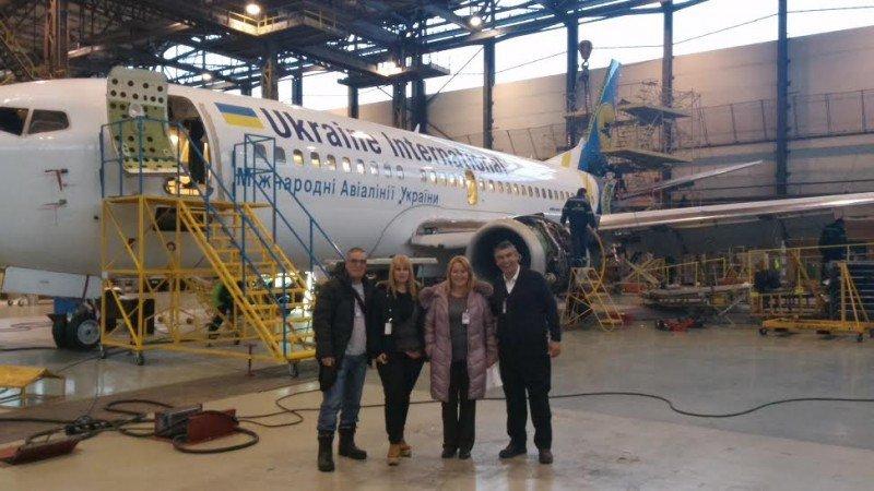 Técnicos de Alas Uruguay inspeccionan el Boeing en Ucrania. Foto: Alas Uruguay