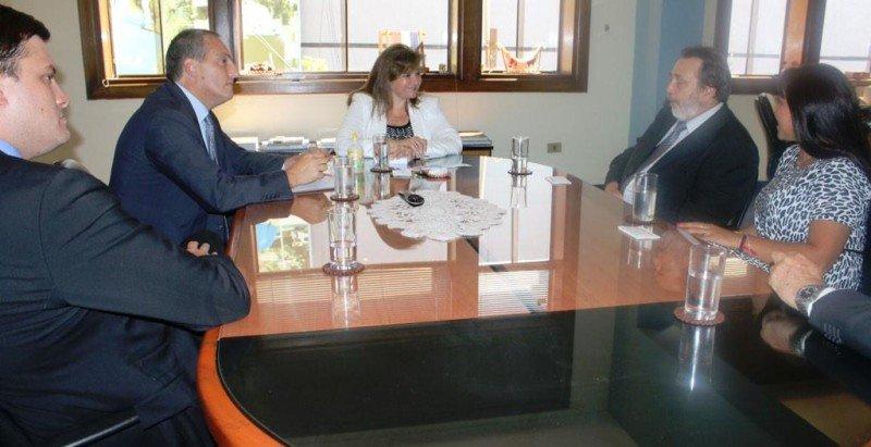 Directivos de Alas Uruguay y embajador de Uruguay en Paraguay junto a la ministra Bacigalupo en Asunción.