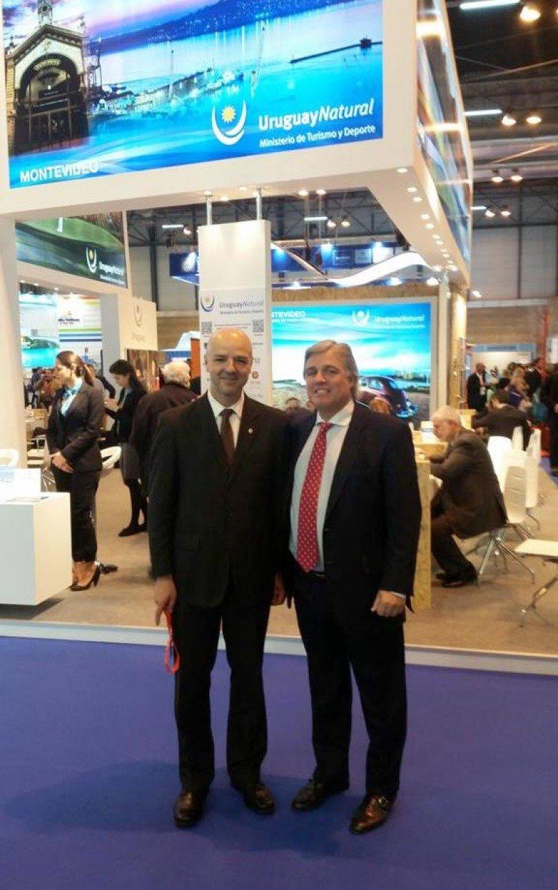 Subsecretario Antonio Carámbula y embajador de Uruguay en España, Francisco Bustillo, frente al stand uruguayo en Fitur.